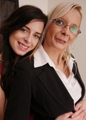 Зрелая блондинка показывает молодой брюнетке, как показывать чувственное удовольствие от женских ласк - фото 4