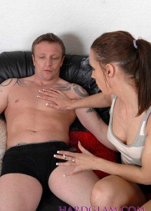 Девушка с сигаретой в руке отсасывает хуй молодому парню в трусах - фото 4