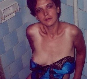Зрелая мадам в колготках позирует перед камерой на кухне - фото 14