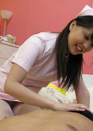 Азиатская медсестра трахается на дому у парня который её вызвал - фото 9
