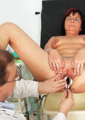 Врач-гинеколог устраивает полный осмотр зрелой женщине – похоже, что она получает от этого удовольствие - фото 15