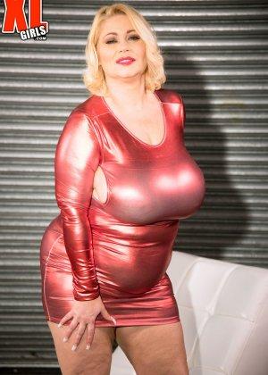 Пухлая блондинка снимет красное сексуальное платье, чтобы мужики пустили слюну на аппетитный бюст - фото 6