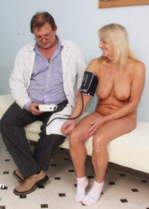 Пожилая женщина приходит на прием к врачу, чтобы показать все свои достоинства перед мужчиной - фото 4