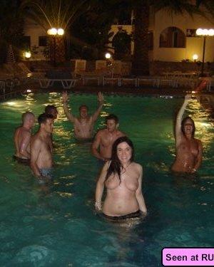 Голые девки развлекаются: играют в бильярд, напиваются в барах и не прочь, чтобы их лапали - фото 13