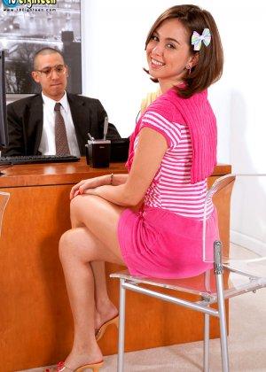 Миловидная брюнетка успешно прошла собеседование, трахнувшись со своим будущим работодателем - фото 2
