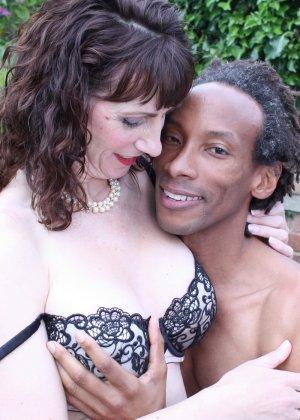 Зрелая темпераментная женщина соблазняет темнокожего мужчину и позволяет себя трогать - фото 10