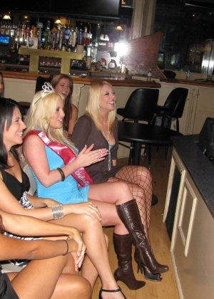 В свингерском клубе любят заводить новые связи интимные красотки - фото 1
