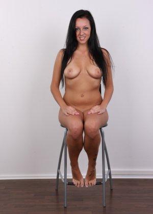 Девушка с весящими дойками улыбается голая на камеру в офисе - фото 15