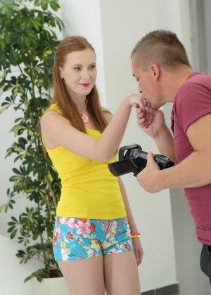 Девушка облизывает мужской член и разрешает снимать себя во время этого процесса, а затем и трахается - фото 2