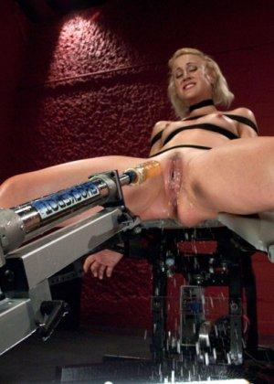 Секс машина без проблем довела блондинистую деваху до незабываемого сквирта - фото 11