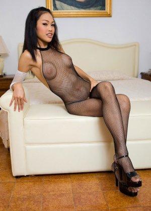Красивая девушка мастурбирует свою скромную влажную киску - фото 3