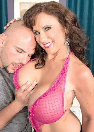 Женщина с большими буферами показывает свою красивую грудь лысому мужчине, а он восхищается - фото 6
