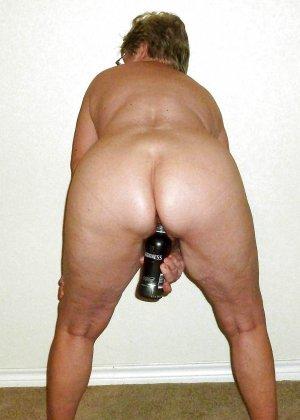 Разные развратницы показывают, как они принимают в свою пизду бутылки любых размеров - фото 6