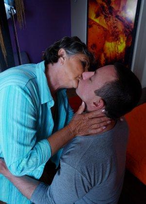 Женщина в почтенном возрасте соблазняет молодого мужчину и он устраивает ей хорошую еблю - фото 7