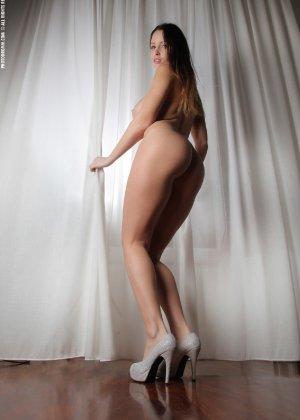 Молодая телка обнажает свою грудь и крутится во дому в голом виде - фото 45
