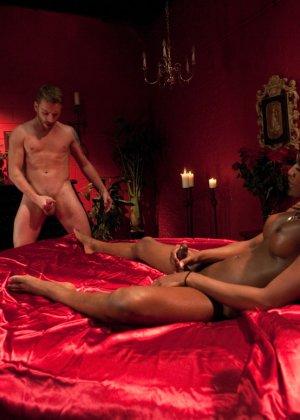 Черная женщина у которой ниггерский член выебала в жопу белого парня - фото 11