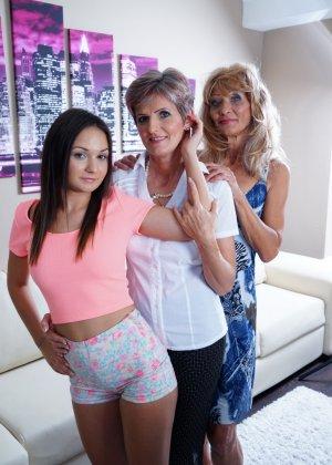 Две зрелые лесбиянки обучают молодую девушку ласкам и все получают огромное удовольствие - фото 2