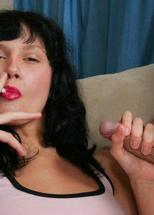 Сиськастую брюнетку с сигаретой во рту хорошенько ебут в анальчик - фото 4