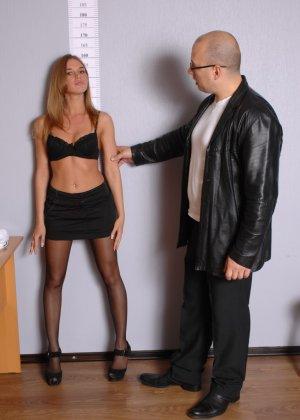 Девушка приходит в офис, а там развратный мужчина разрешает себя осмотреть со всех сторон - фото 5