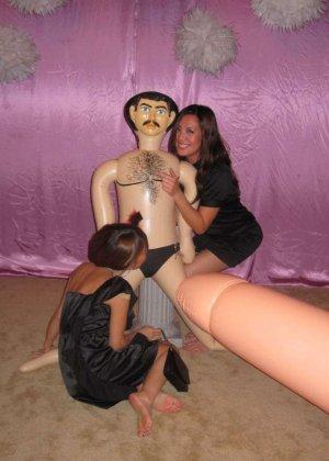 На свадьбе девушки развлекаются с резиновым парнем и делают фото - фото 5