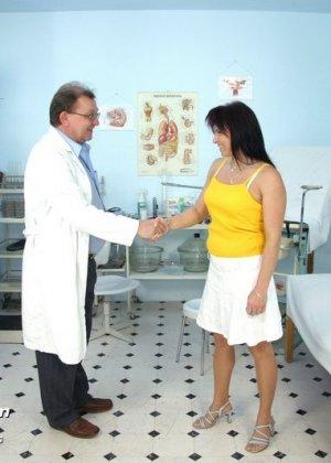 Зрелая дамочка приходит к опытному гинекологу, чтобы подставить дырочку для качественного осмотра - фото 1
