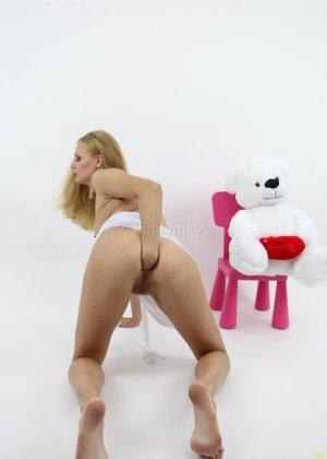 Не опытная блондинка трахает себя длинным пальчиком в попку - фото 2