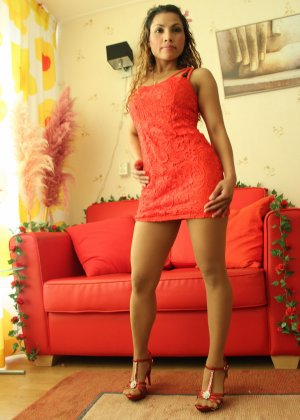 Прекрасная девушка в красивом коротеньком платье красного цвета - фото 10