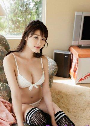 Азиатка у которой довольно большие буфера с радостью позирует на камеру - фото 2