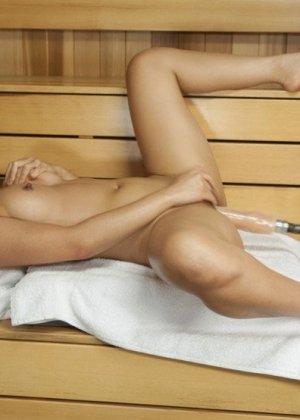 Синди Старфэлл обалдевает от того, как сильно ее долбит секс-машина, но ей очень нравится - фото 11