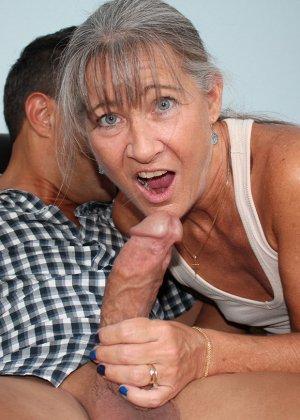 Зрелая женщина не стесняется своего тела и показывает себя мужчине, а затем ласкает его член руками - фото 5