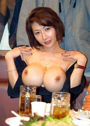 Симпатичная телка стонет от того, что ее пизду разрывает огромный искусственный хуй - фото 9