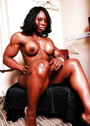 Черная женщина показывает, что занимаясь бодибилдингом можно добиться невероятных результатов - фото 12
