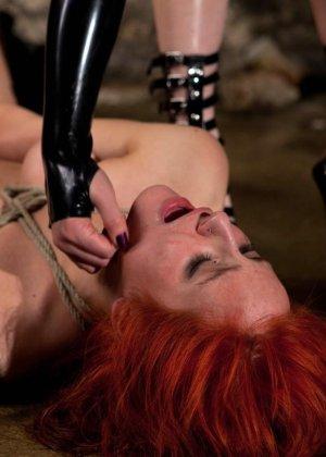Рыжая рабыня выполняет все требования своей госпожи, эти лесбиянки любят играть в БДСМ на заброшенных стройках - фото 23