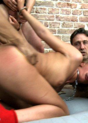 Жесткий секс втроем с привлекательной русской девушкой и горячая сперма на лицо - фото 8