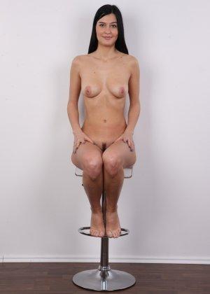 На чешский порно кастинг приперлась привлекательная брюнетка с волосами на лобке - фото 14