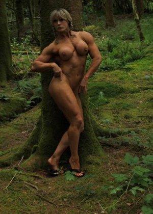 В лесной чаще можно насладиться подтянутым телом женщины, которая занимается бодибилдингом - фото 12