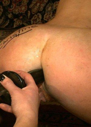 Девушка готова на множество унижений - ей нравятся различные эксперименты со своим телом - фото 12