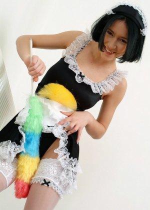 Азиатка любит работать веником для уборки пыли, особенно между своих стройных ног - фото 2