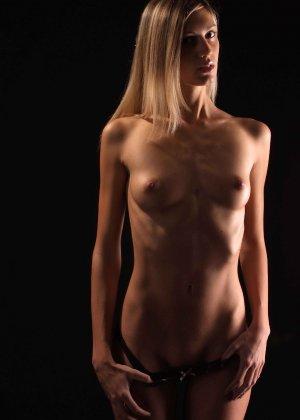 С красивой и гладкой пиздой милашка показывает свои достоинства - фото 13- фото 13- фото 13