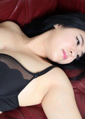 Красивая милашка азиатской внешности сбрасывает с себя лишнюю одежду и показывает грудь - фото 34
