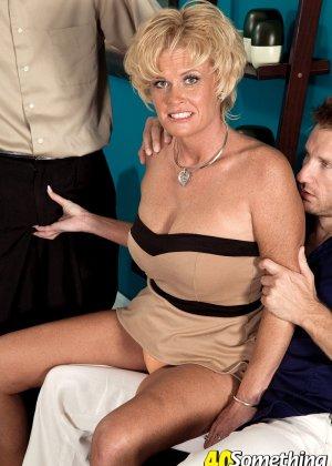 Зрелая белокурая проститутка занимается еблей в два ствола сразу - фото 9
