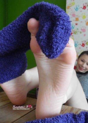 Красивые девушки которые очень обожают надрачивать член своими красивыми ножками - фото 35