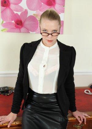 Блондинка с большими буферами раздевается прямо на столе и показывает себя - фото 5