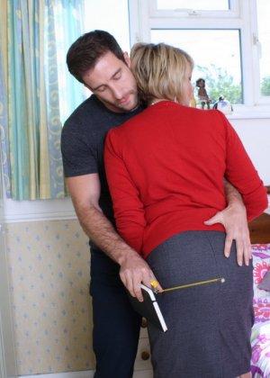 Молодой мужчина ощупывает зрелую даму везде, а что происходит между ними дальше – никто не увидит - фото 3