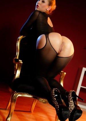 Блондинка лесбиянка садиться на стул, чтобы ее подруга смогла сделать незабываемый куннилингус - фото 11