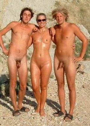 Фотографии с нудистских фото сессий: раскованные девушки и парни не стесняются своих голых тел - фото 6