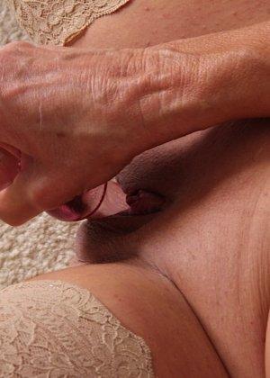 Рэй Харт хоть уже немолода, но всё же чувствует себя сексуальной и показательно вставляет в киску игрушку - фото 12