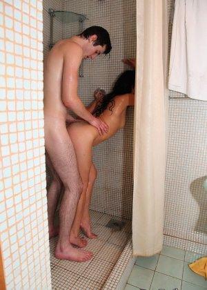 Молодая пара не против заняться страстным сексом у себя в душе - фото 5