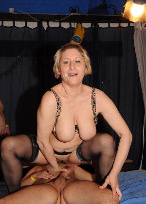 Зрелые мадамы в стриптиз клубе сосут члены и облизывают сперму с лица - фото 14