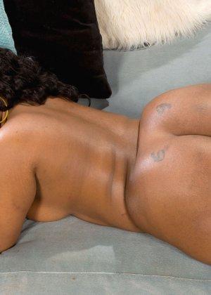Темнокожая дамочка с пышным телом показывает, как она выглядит без одежды - фото 16- фото 16- фото 16